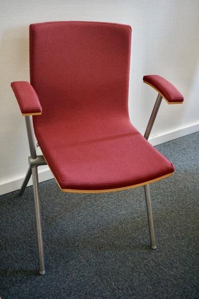 Begagnad konferensstol, röd med armstöd